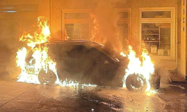 Auto brennt in Höxters Innenstadt