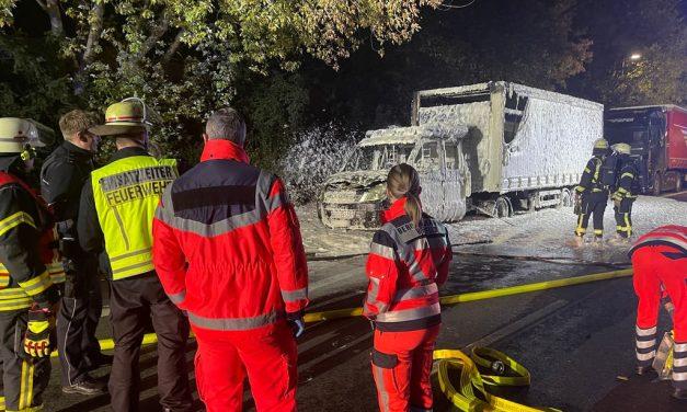 Abgestellter Lkw steht plötzlich in Flammen